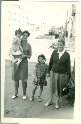 Rita [Preusse] and daughters with Tante Mascha.