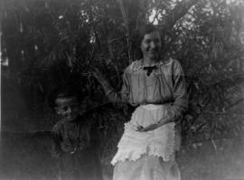 Tina Fehderau with young boy on Seljonoje estate