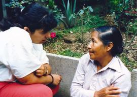 Clara Fraschetti talks with a Guatemalan woman