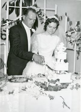 Edith and Alfred cutting the wedding cake, 1960