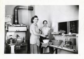 Women in the kitchen of the Rhineland Agricultural Institute