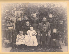 Family photo of the Jacob Johann Goossen family