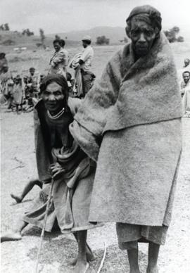 Ethiopian refugees wrapped in blankets