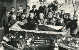 Eduard and Ari's mother in coffin